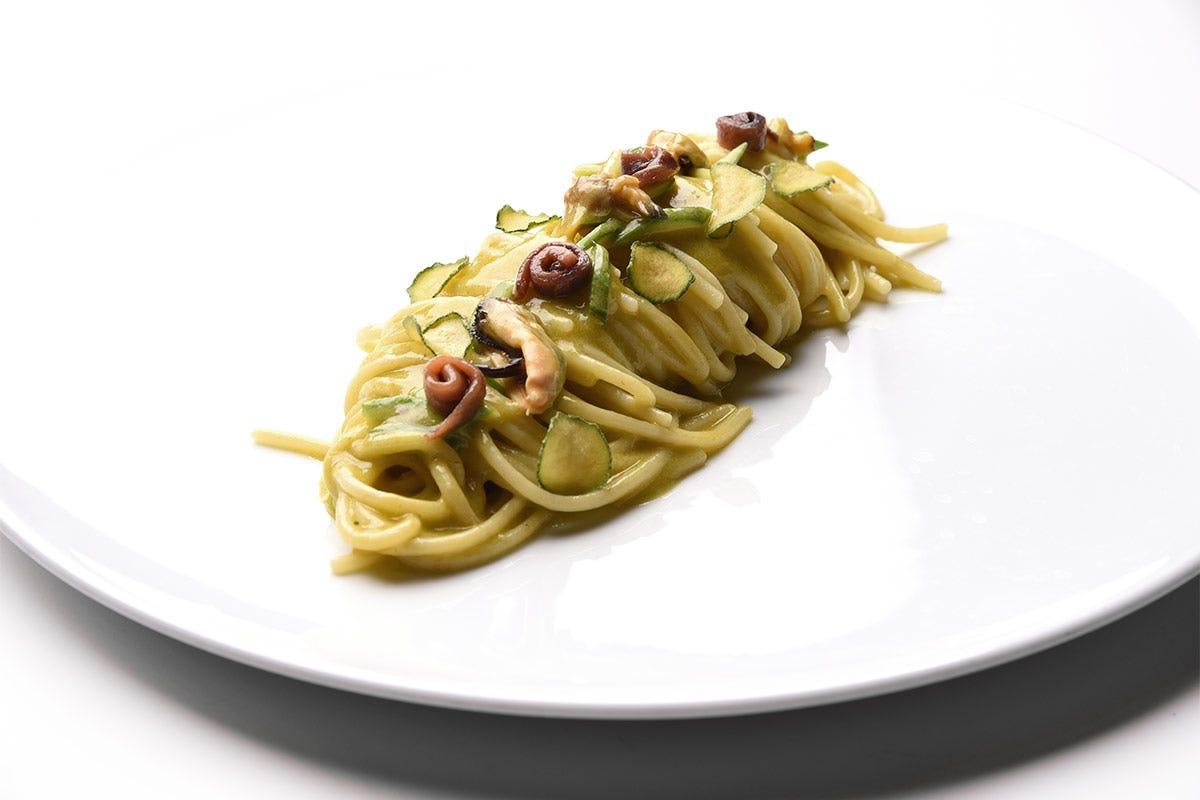 """Spaghetti """"Pastificio dei Campi"""", pesto di fiori di zucca, alici del Cantabrico e molluschi Spaghetti pesto di fiori di zucca, alici del Cantabrico e molluschi"""