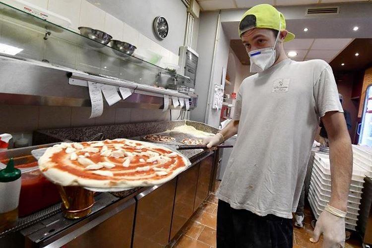Tovagliette monouso e menu digital A Napoli pizzaiuoli pronti a ripartire