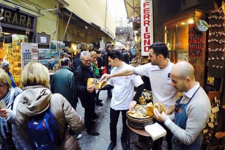 5c81f6b3d3 Pizze a portafoglio in omaggio a Napoli In vista del Natale vince la  tradizione