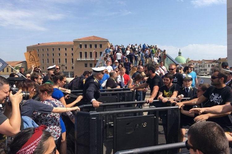 Venezia contro il turismo di massa Tornelli in due ingressi, piovono proteste