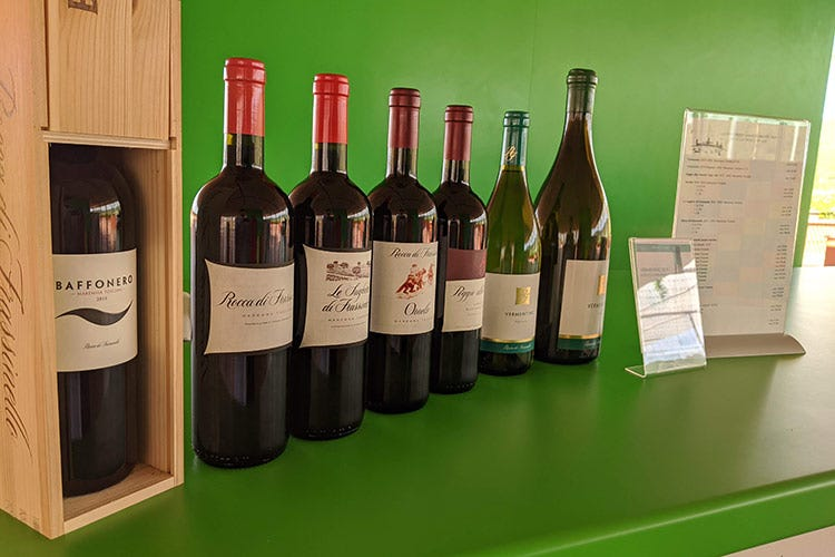 I vini di Rocca di Frassinello, a cominciare dal Baffonero, Merlot in purezza - Rocca di Frassinello, tour virtuale fra vini minerali e accoglienza
