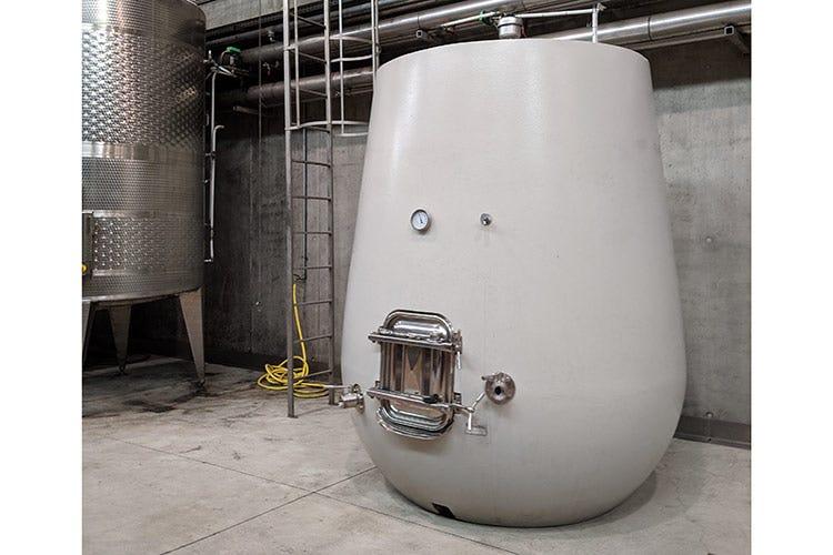 L'uovo di cemento, per la fase pre-imbottigliamento del Baffonero - Rocca di Frassinello, tour virtuale fra vini minerali e accoglienza