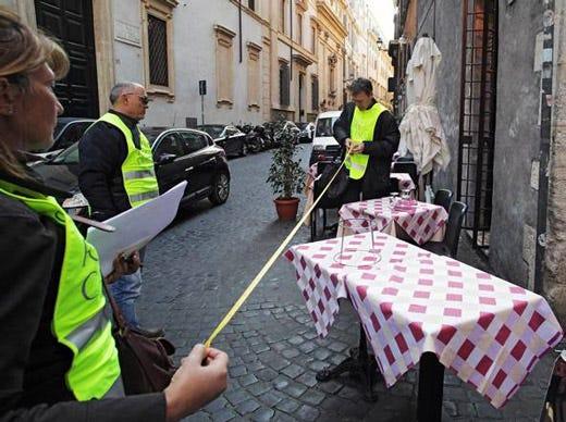 Roma tavoli esterni senza permesso blitz della procura for Locali commerciali roma centro