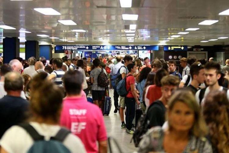 """Sciopero """"selvaggio"""" a Linate e Malpensa E l'esercito dei turisti social si fa sentire"""