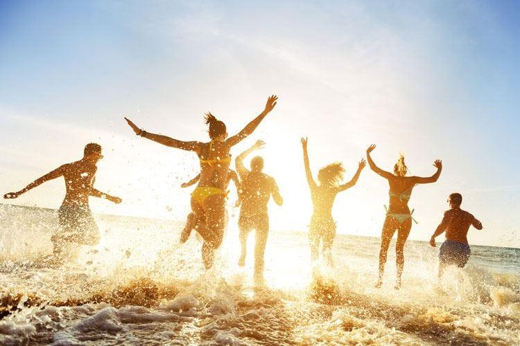 """Troppo sole e """"ore piccole"""" d'estate In autunno rischio danni alla pelle"""