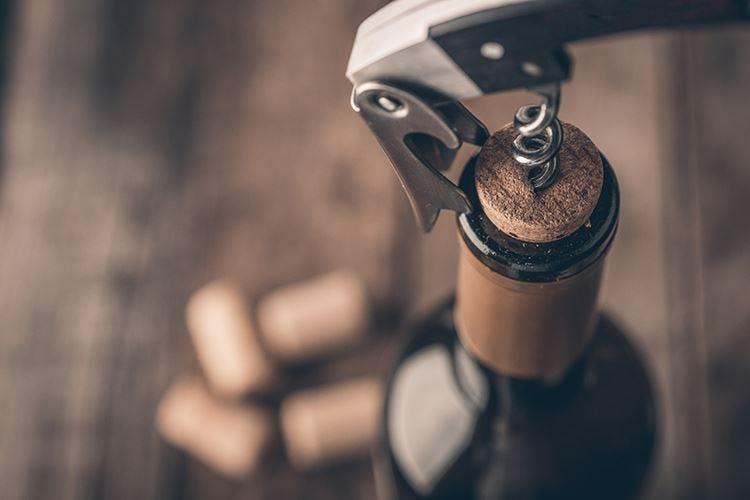 Sughero o sintetico? Il dilemma dei tappi per il vino