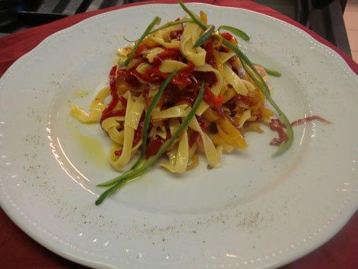 Tagliatelle con peperoni e pancetta - Italia a Tavola