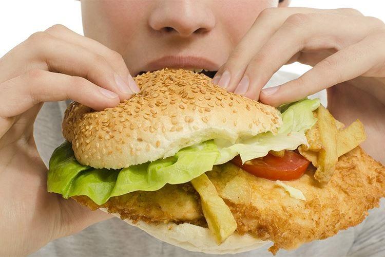 La Francia contro il cibo spazzatura pensa a una tassa sulle calorie