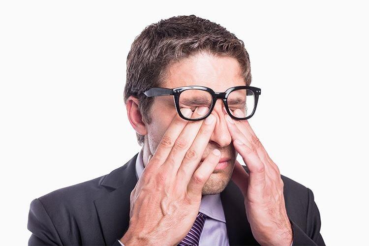 Mani pulite e occhiali da sole per evitare la congiuntivite in estate