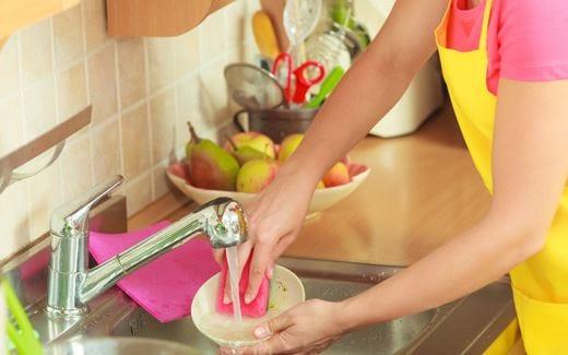 Lavare i piatti allevia lo stress aumenta il benessere e l'ispirazione
