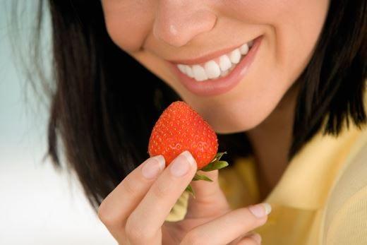 Denti bianchi e puliti... fai da te? Sì alle fragole, attenzione al bicarbonato