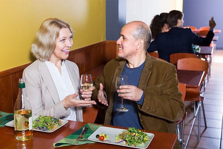 Una postura scorretta a tavola può influenzare anche la digestione