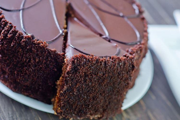 Corteggia con torte al cioccolato Condannata per stalking