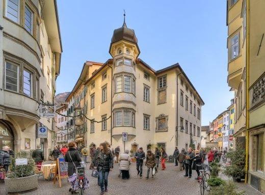"""Miti, leggende e tipicità di Bolzano in un tour a bordo dei """"velotaxi"""""""