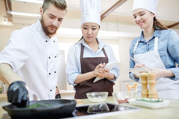Viaggi enogastronomici in crescita Il 48% dei turisti cerca corsi di cucina