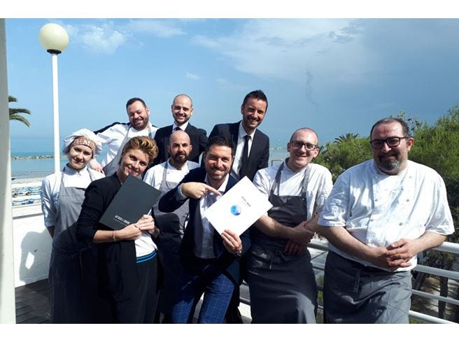 Una terrazza gourmet spalancata al cielo delle Marche