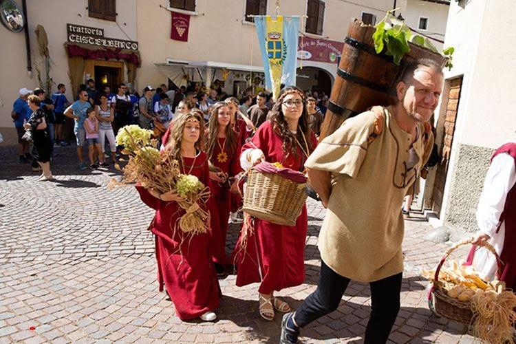 Uva e dintorni, ad Avio un viaggio tra vigneti e corti medievali
