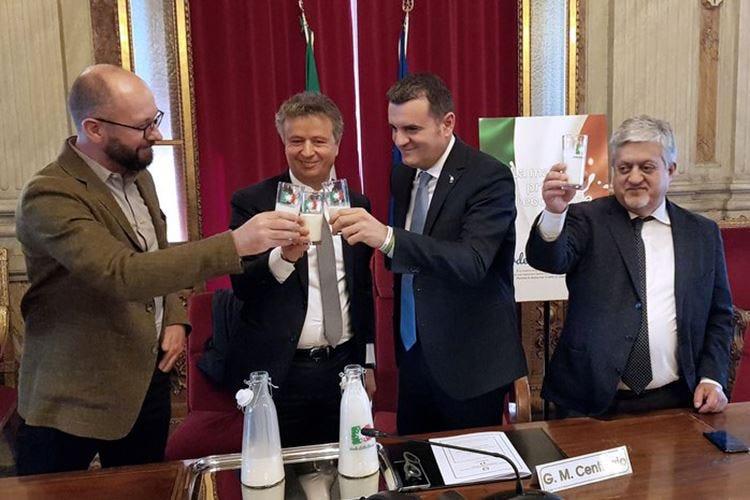 Verde, Latte, Rosso La filiera contro le fake news