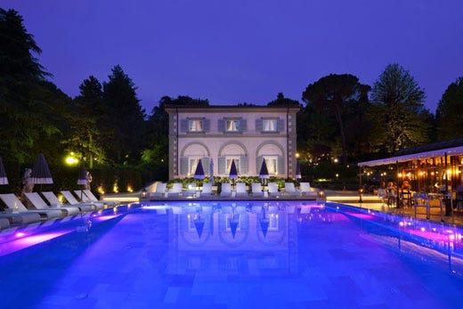Aperitivo con pizza e champagne a le pool bistrot di villa cora italia a tavola - Hotel con piscina firenze ...