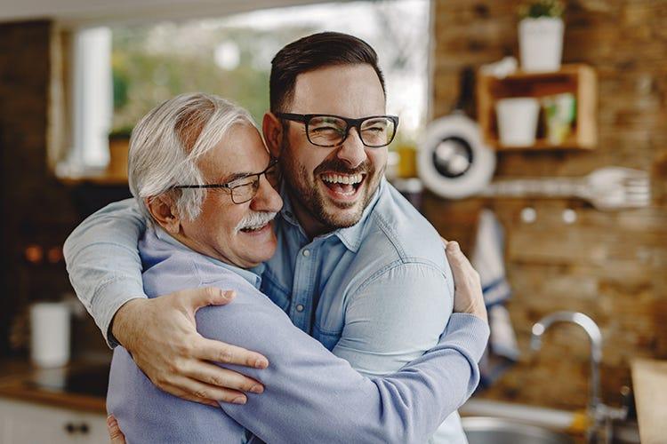 Per 1 su 3 il ritorno agli abbracci è il primo desiderio post Covid Abbracci e cene al ristorante I veri desideri degli italiani