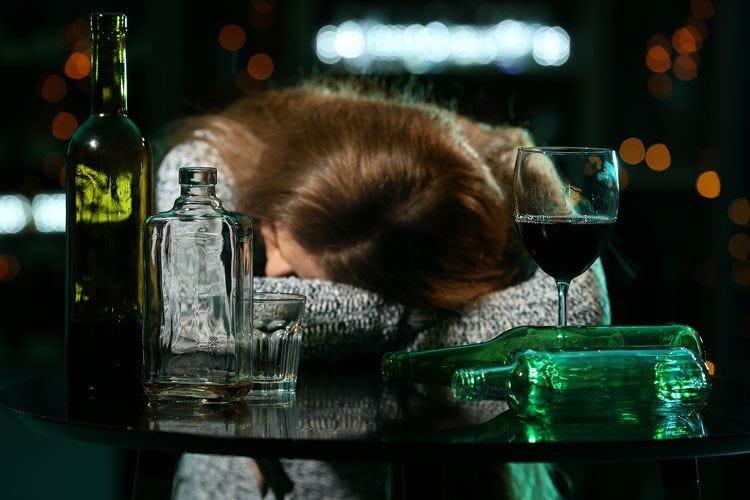 Bere (troppo) solo nel weekend non riduce i danni dell'alcol