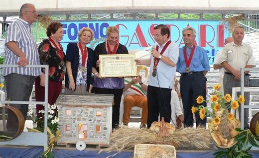"""Gli """"Amici della Tavola"""" a Civago festeggiano i 50 anni del Forno Gaspari"""