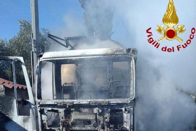 Ancora un'autocisterna di latte assaltata e bruciata in Sardegna