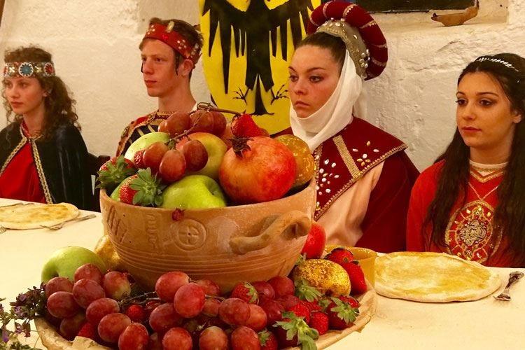 I banchetti tipici di Federico II di Svevia rivivono grazie a 100 studenti di Fasano