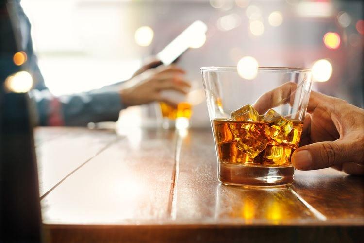 Bere alcol davanti ai figli può non essere un buon esempio