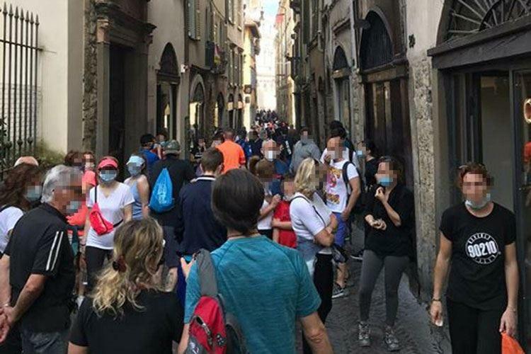 Bergamo, coniugi divisi al bar In Città Alta domenica di folla
