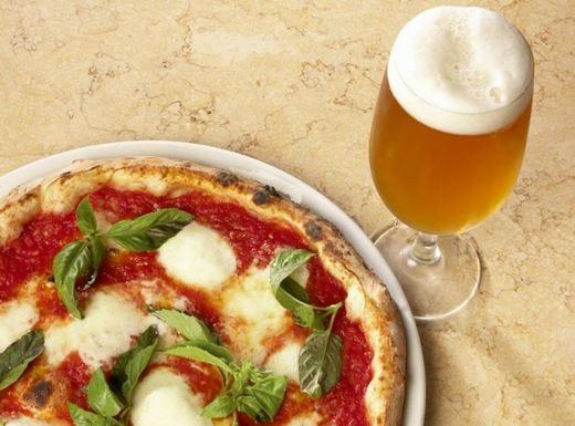 Birra, la bevanda regina del weekend Il 64% degli italiani la abbina alla pizza
