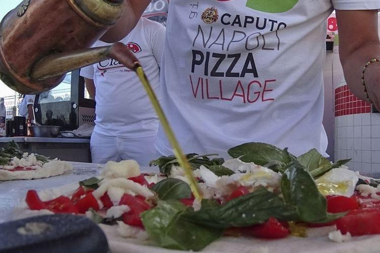 I bitcoin debuttano al Pizza Village E da New York arriva Caporuscio