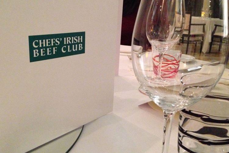 """La """"sfida"""" di cinque stellati tra bollicine e carne irlandese"""