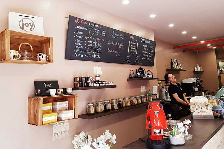 Una caffetteria piena di gioia ad ancona italia a tavola for Immagini caffetteria