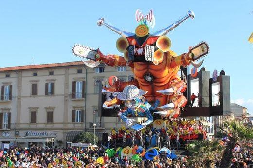 Giganteschi carri, musica e danze pronti a sfilare al Carnevale di Viareggio