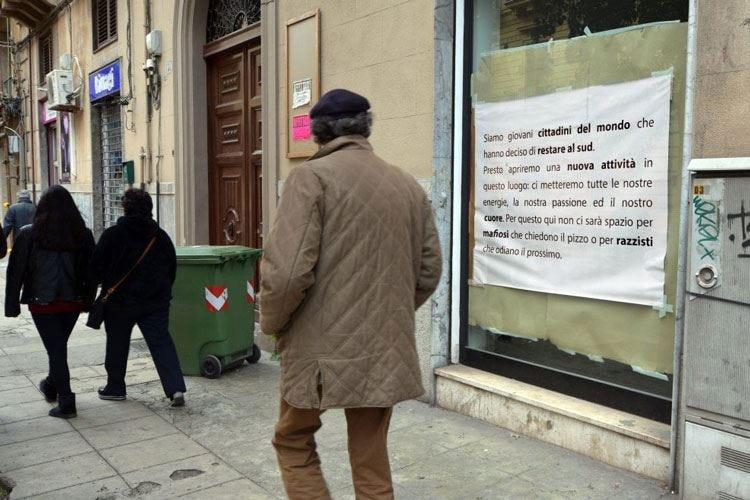Un cartello davanti alla loro gastronomia «Qui non c'è spazio per mafiosi e razzisti»