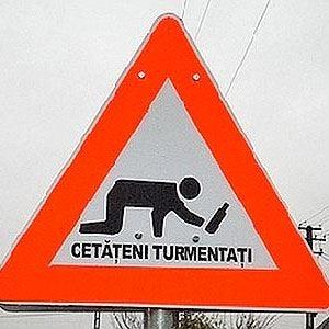 Attenzione attraversamento ubriachi In Romania cartello per pedoni sbronzi