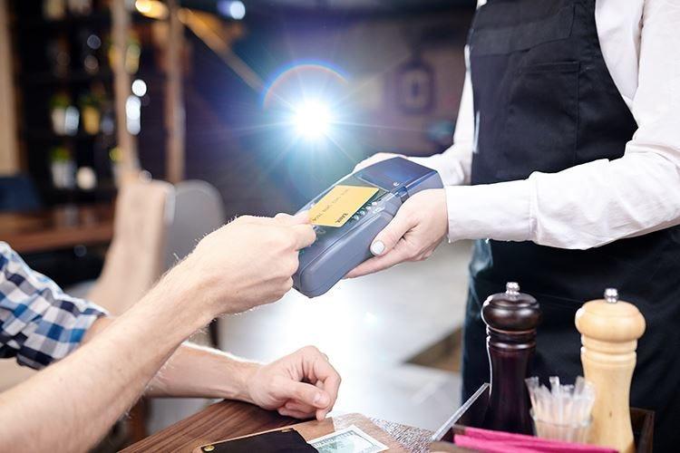 Pagamenti cashless Il trend cresce, soprattutto al bar