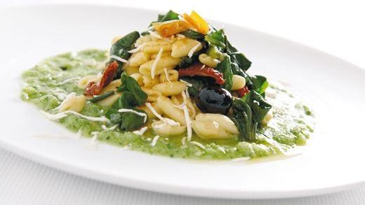 Cavatelli con crema di broccoletti, aglio, olio, peperoncino, biete erbette cubello e bottarga di tonno