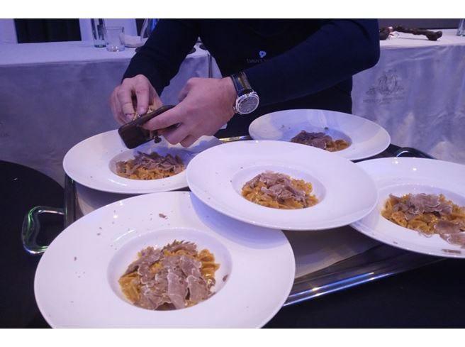 Cena stellata a Milano con i cavalieri per celebrare il tartufo e i vini d'Alba