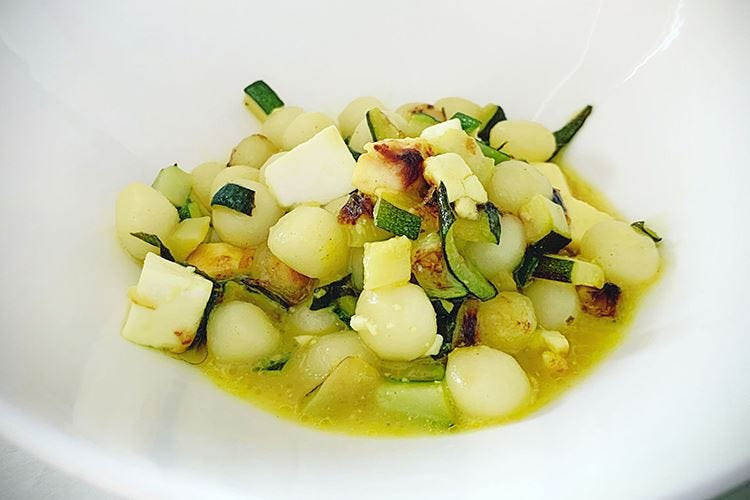 Chicche di patate con cubetti di zucchine e crema al curry