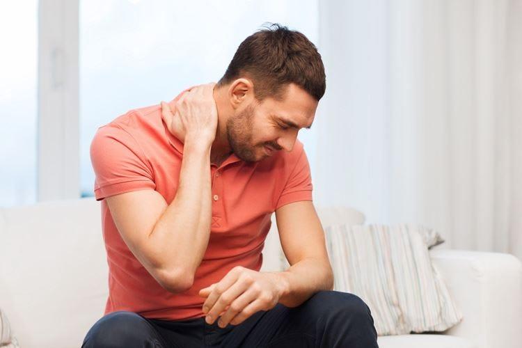 Combattere il torcicollo Doccia tiepida e movimento aiutano