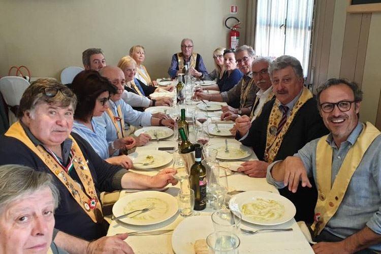 Le confraternite golose  dell'Oltrepò ricordano i cent'anni di Gianni Brera