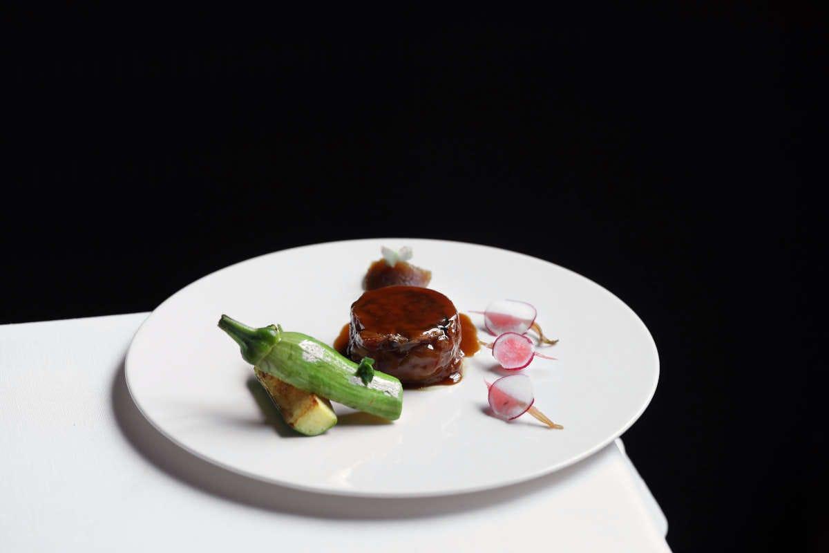 Coniglio ripieno di pomodorini, uvetta e olive nere con composta di fichi e zucchine gratinate. Foto: Garage Raw Tra gusto e arte: ecco la Voce di Aimo e Nadia