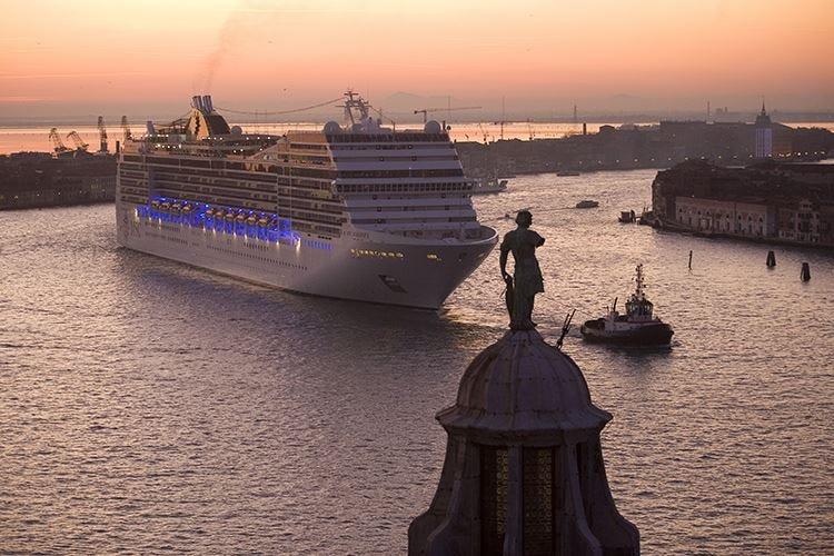 «Grandi navi fuori da Venezia» Patto Ministero-compagnie di crociera