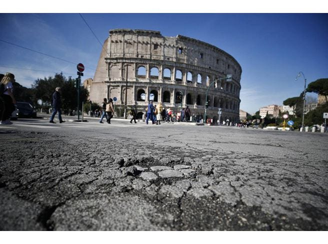 Roma, buche ormai normali per il Comune Ma per i turisti restano una trappola