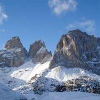 Turisti del nord pazzi per le Dolomiti Ski tour e percorsi in mountain bike