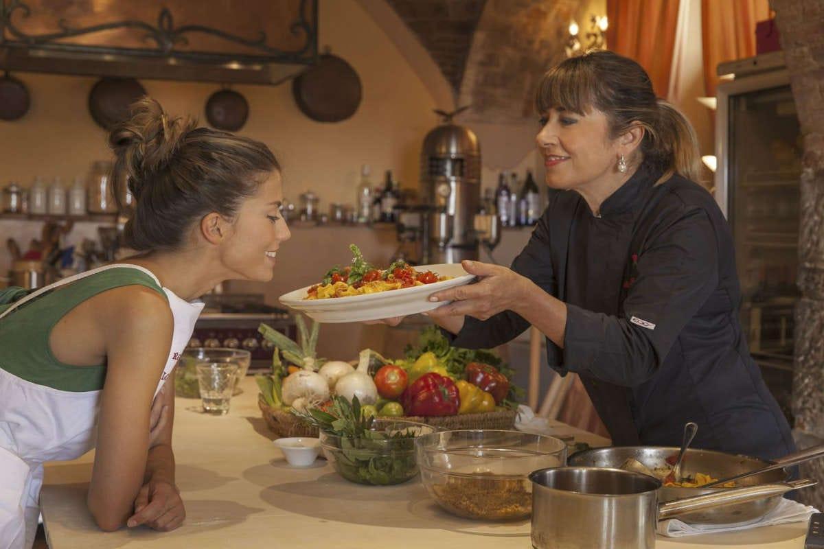 una lezione di cucina di Silvia Baracchi La stella del Falconiere illumina il wine resort di Cortona