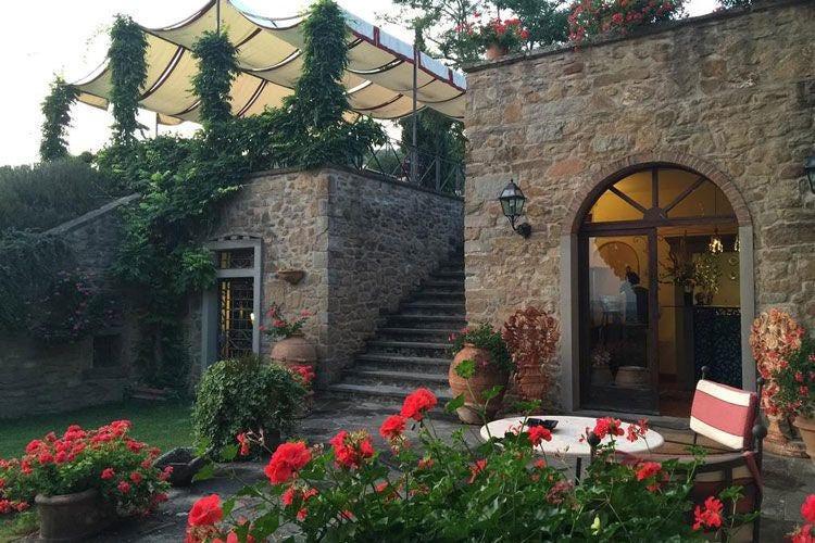 la terrazza delle colazioni al Falconiere La stella del Falconiere illumina il wine resort di Cortona
