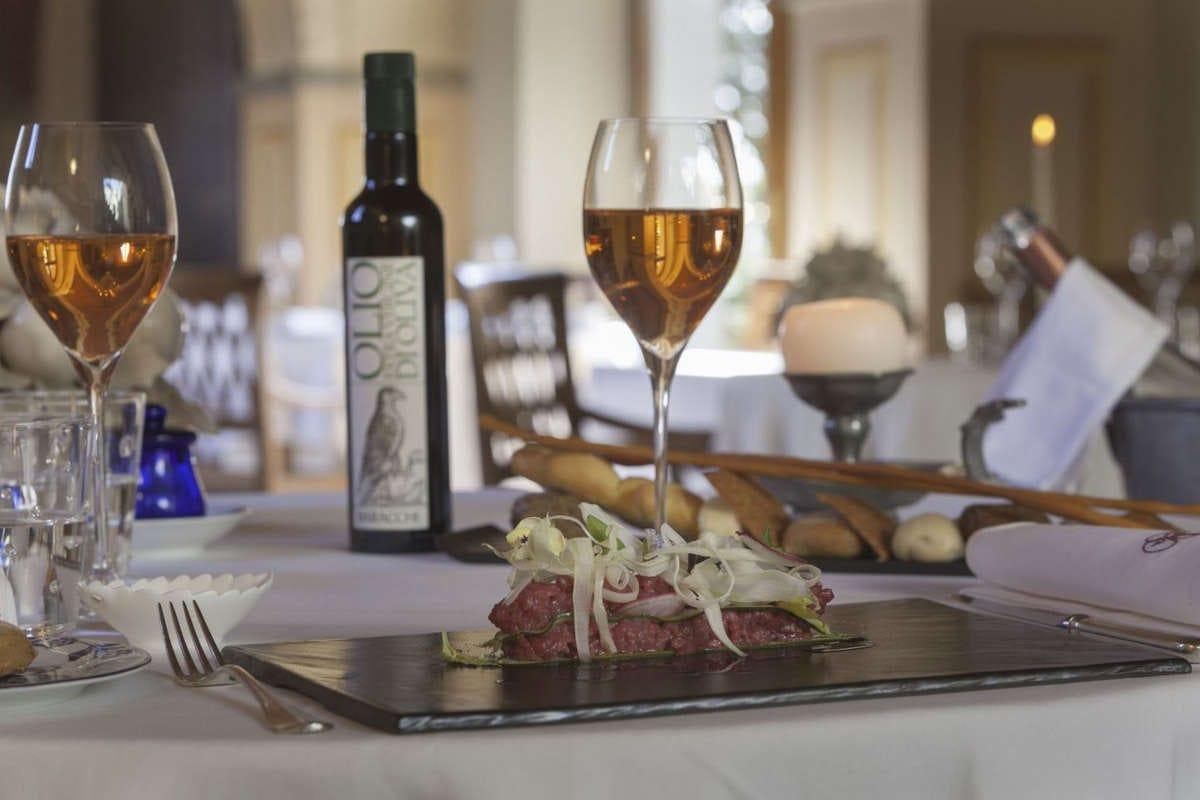 allestimento ai tavoli del Falconiere La stella del Falconiere illumina il wine resort di Cortona
